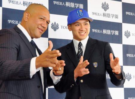 ドラフト1位指名のあいさつで訪れたDeNA・ラミレス監督(左)とポーズをとる桐蔭学園高の森敬斗内野手=18日、横浜市