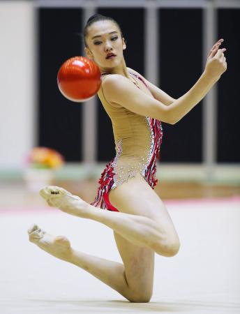 女子個人総合前半で首位に立った喜田純鈴のボール=千葉ポートアリーナ