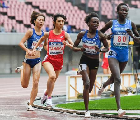 女子1500メートル決勝 4分11秒50で3位だった田中希実(左から2人目)=デンカビッグスワンスタジアム