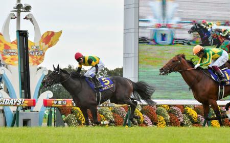 第80回菊花賞で優勝した武豊騎乗のワールドプレミア(5)。右は2着のサトノルークス=京都競馬場