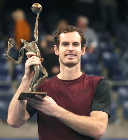 ヨーロピアン・オープンで優勝し、トロフィーを掲げるアンディ・マリー=20日、ベルギー・アントワープ(AP=共同)