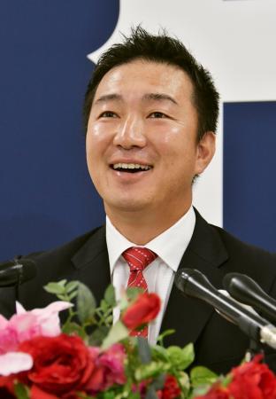 広島の投手コーチ就任が決まり、記者会見する横山竜士氏=21日、マツダスタジアム