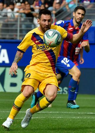 19日のエイバル戦でプレーするバルセロナのメッシ=エイバル(AP=共同)