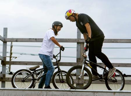 新開発の専用ジーンズの試着を兼ねた公開練習を行う自転車BMXフリースタイル・パークの中村輪夢(右)と大池水杜=岡山市