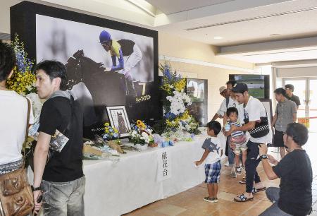 急死したディープインパクトをしのび、小倉競馬場に設置された献花台=8月撮影
