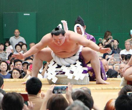 大相撲の秋巡業で横綱土俵入りを披露する白鵬関=22日午後、高知県安芸市