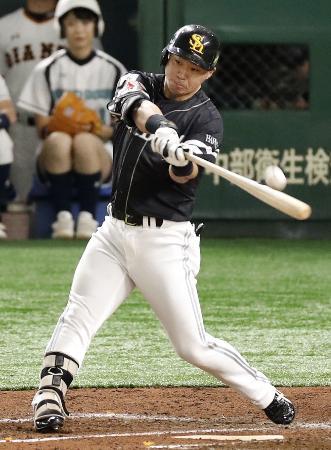 4回ソフトバンク1死満塁、代打長谷川勇が勝ち越しの左犠飛を放つ=東京ドーム