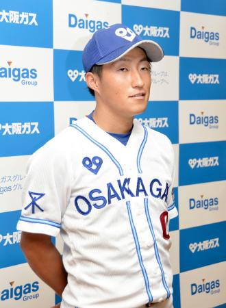 取材に応じる、楽天からドラフト1位指名された大阪ガスの小深田大翔内野手=23日、兵庫県西宮市