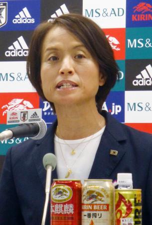 記者会見で南アフリカ戦のメンバーを発表するサッカー女子日本代表の高倉監督=24日、東京都文京区