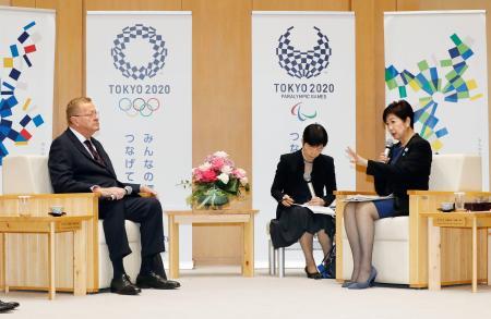 会談する東京都の小池百合子知事(右)とIOCのジョン・コーツ調整委員長=25日午後、東京都庁