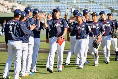 日本ハムとの練習試合に勝利し、タッチを交わす秋山(中央)ら=サンマリン宮崎