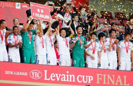 サッカーJリーグのYBCルヴァン・カップで札幌を破って初優勝し、トロフィーを掲げ喜ぶ小林(中央)ら川崎イレブン=26日、埼玉スタジアム