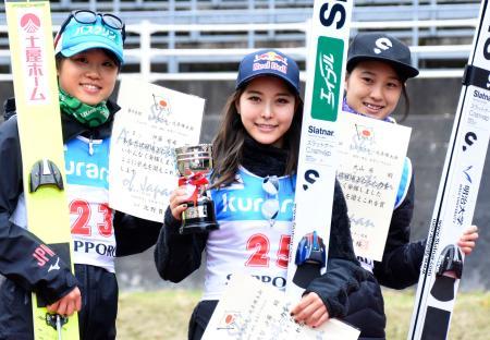 女子で優勝した高梨沙羅(中央)。左は2位の伊藤有希、右は3位の丸山希=宮の森