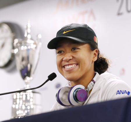 WTAファイナルの開幕を前に、記者会見で笑顔を見せる大坂なおみ=26日、深セン(共同)