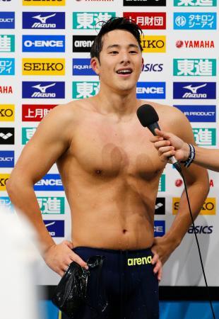 男子400メートル個人メドレーを3分55秒53の短水路日本新記録で制し、インタビューで笑顔の瀬戸大也=東京辰巳国際水泳場