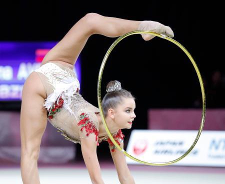 個人総合で優勝したジーナ・アベリナのフープ=高崎アリーナ