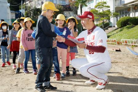 宮城県丸森町の丸森小を訪れ、児童に支援物資のタオルを配るプロ野球楽天の三木肇新監督=28日午後