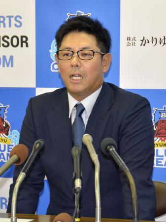 記者会見する琉球ブルーオーシャンズの清水直行監督=29日、沖縄県庁