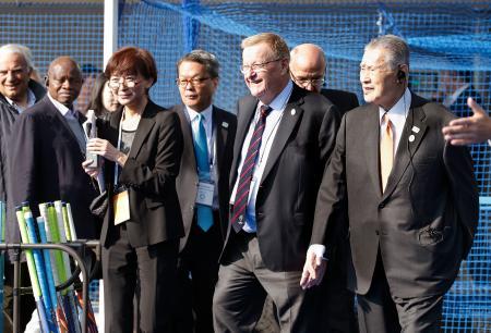 大井ホッケー競技場を視察する(右手前から)大会組織委の森喜朗会長、IOCのコーツ調整委員長ら=30日午前、東京都品川区