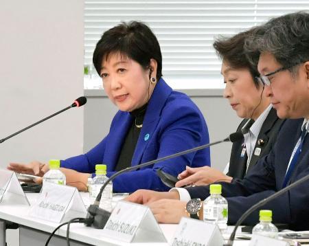 IOC調整委と大会組織委、東京都などとの合同会議であいさつする東京都の小池百合子知事。右隣は橋本聖子五輪相=30日午後、東京都中央区