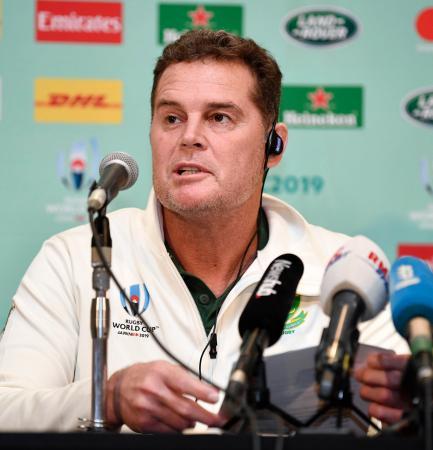 イングランドとの決勝戦の登録メンバーを発表する南アフリカのエラスムス監督=31日、千葉県浦安市