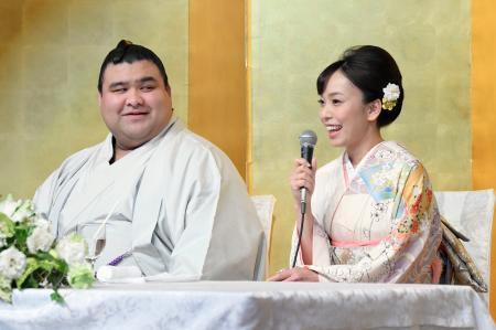 婚約記者会見で、演歌歌手の杜このみさんを見つめる大関高安関=31日午後、福岡県大野城市