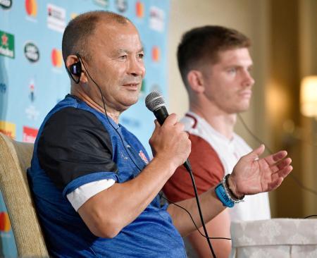 南アフリカとの決勝戦を前に記者会見するイングランドのジョーンズ監督。右はファレル主将=31日、東京都内