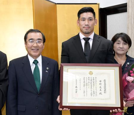 表彰式で鹿児島市の森博幸市長(左)と記念写真に納まるラグビー日本代表の中村亮土選手=31日午後、鹿児島市役所