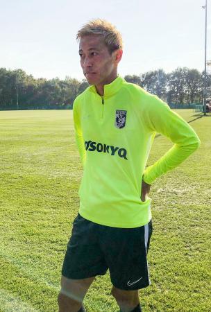 オランダ1部リーグのフィテッセの練習に参加し、取材に応じる元日本代表の本田圭佑=アーネム(共同)