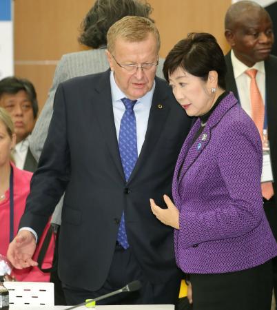 4者協議を前に言葉を交わすIOCのコーツ調整委員長(左)と東京都の小池百合子知事=1日正午、東京都中央区(代表撮影)