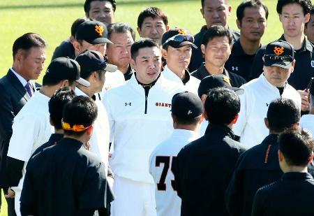 練習前にあいさつする巨人の阿部2軍新監督(中央)=川崎市のジャイアンツ球場