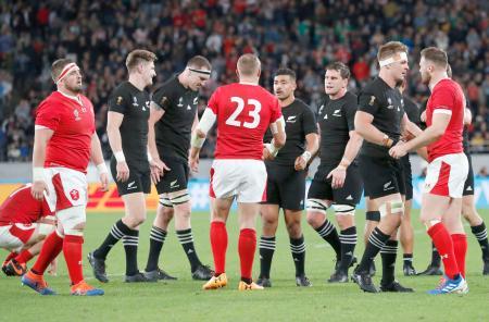 試合を終え健闘をたたえ合うニュージーランドとウェールズの選手たち=味の素スタジアム