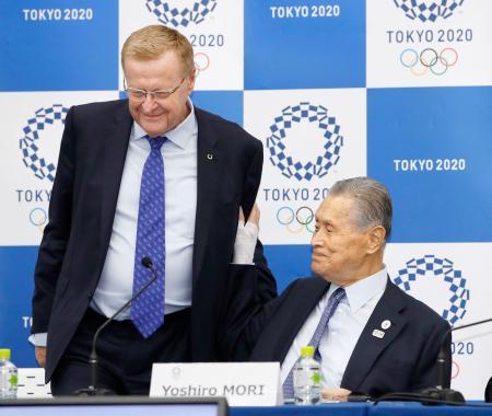 合同記者会見に臨むIOCのコーツ調整委員長(左)と大会組織委の森喜朗会長=1日午後、東京都中央区