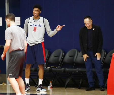日本バスケットボール協会の東野智弥技術委員長(右)と談笑するウィザーズの八村=ワシントン(共同)