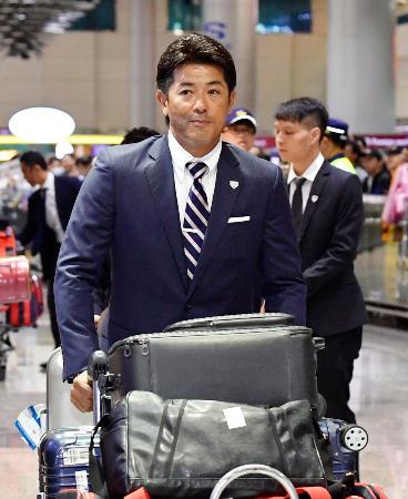 台湾の桃園国際空港に到着した野球日本代表の稲葉監督=2日(共同)