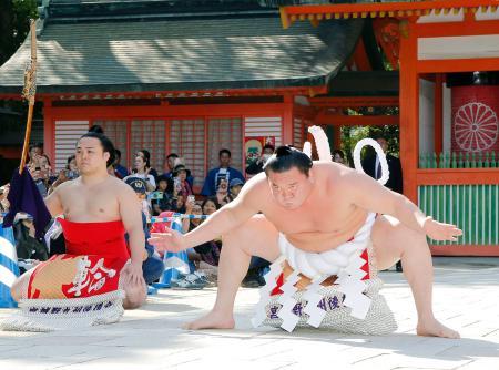 福岡市博多区の住吉神社で土俵入りを奉納する白鵬。左は炎鵬