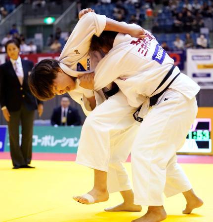 女子78キロ級決勝 和田梨乃子(右)を破り優勝した梅木真美=千葉ポートアリーナ