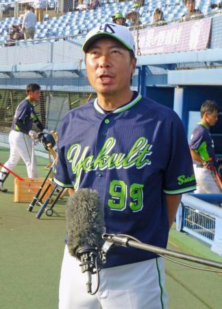 秋季キャンプ初日を終え、取材に応じるヤクルトの高津新監督=2日、松山市