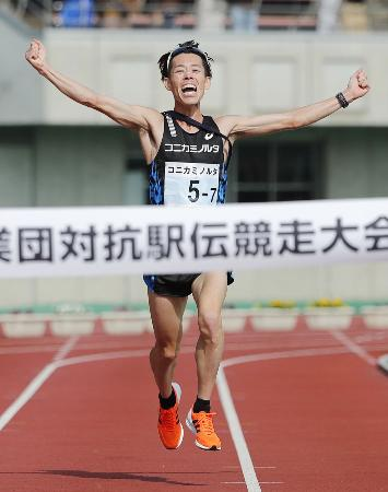 優勝したコニカミノルタのアンカー・野口拓也=熊谷スポーツ文化公園陸上競技場