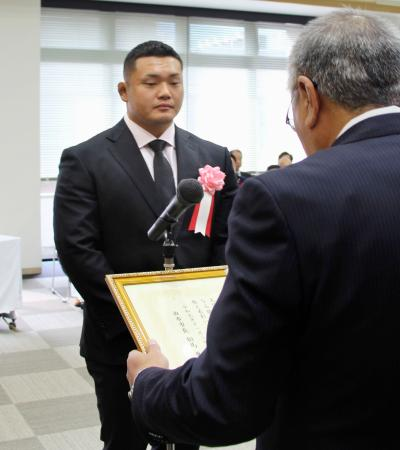 大分県由布市から表彰を受けるラグビーW杯日本代表の木津悠輔選手=3日、由布市
