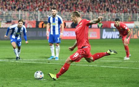 ヘルタとのダービーマッチで決勝のPKを蹴るウニオン・ベルリンの選手(9)=2日、ベルリン(ロイター=共同)