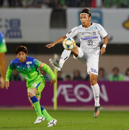 湘南―G大阪 前半、ボールをトラップするG大阪・宇佐美=BMWスタジアム
