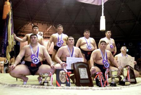 相撲の全国学生選手権の団体戦で優勝し、記念撮影する日大の沢田日登志(前列右から2人目)ら=堺市
