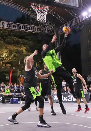 バスケットボール3人制のワールドツアーファイナル決勝戦で、シュートを放つノビサド(セルビア)の選手=宇都宮市