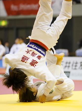 女子48キロ級決勝 渡辺愛子(上)にともえ投げで一本勝ちした角田夏実=千葉ポートアリーナ