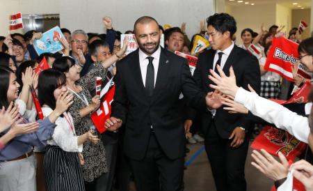 ラグビーW杯の報告で東芝本社を訪問し、社員の出迎えを受けるリーチ・マイケル(左)と徳永祥尭=5日、東京都港区