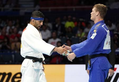 8月、柔道の世界選手権男子81キロ級準決勝でベルギー選手(右)に敗れ、握手を交わすイランのサイード・モラエイ選手=東京・日本武道館
