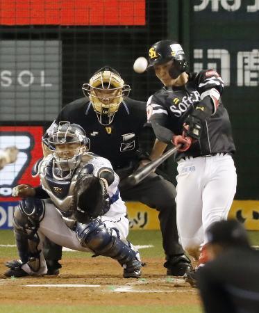 クライマックスシリーズの西武―ソフトバンク第4戦、9回ソフトバンク1死一塁、今宮が左越えに、この試合3本塁打目となる2ランを放つ。捕手森=メットライフドーム