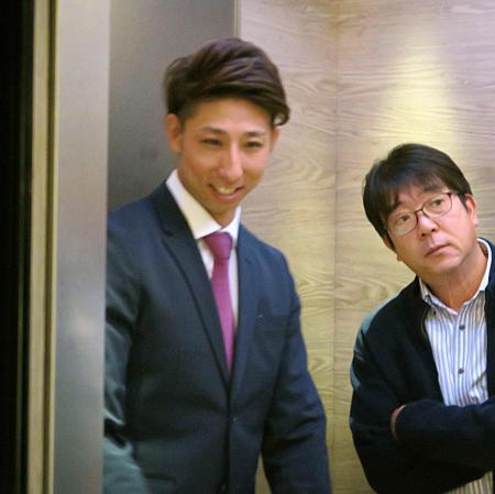 ソフトバンクから国内FA権を行使し、ヤクルトとの交渉を終えた福田(左)=6日、福岡市中央区