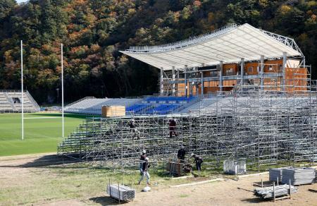 撤去作業が進む、釜石鵜住居復興スタジアムの仮設スタンド=6日午前、岩手県釜石市